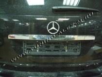 Хромированная накладка на багажник Мерседес МЛ W164 (хром накладка над номером Mercedes ML W164)